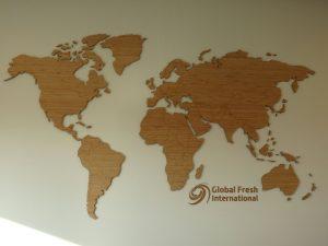 Bij Global Fresh International hebben we deze wereldkaart in het kantoorpand opgehangen. Daarnaast hebben we ook het eigen logo toegevoegd.